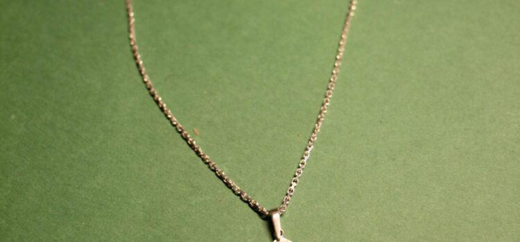 Halskæde med et lille kors